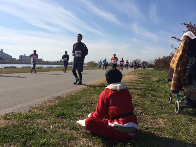サンタ、マラソンを観戦する